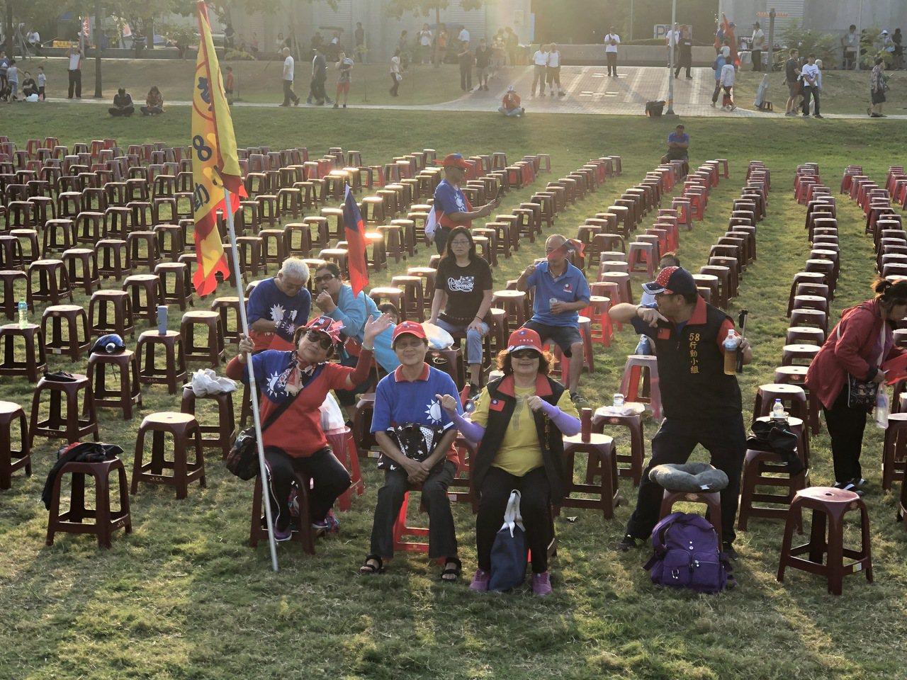 韓國瑜嘉義市造勢前夕 韓粉占位揮舞國旗
