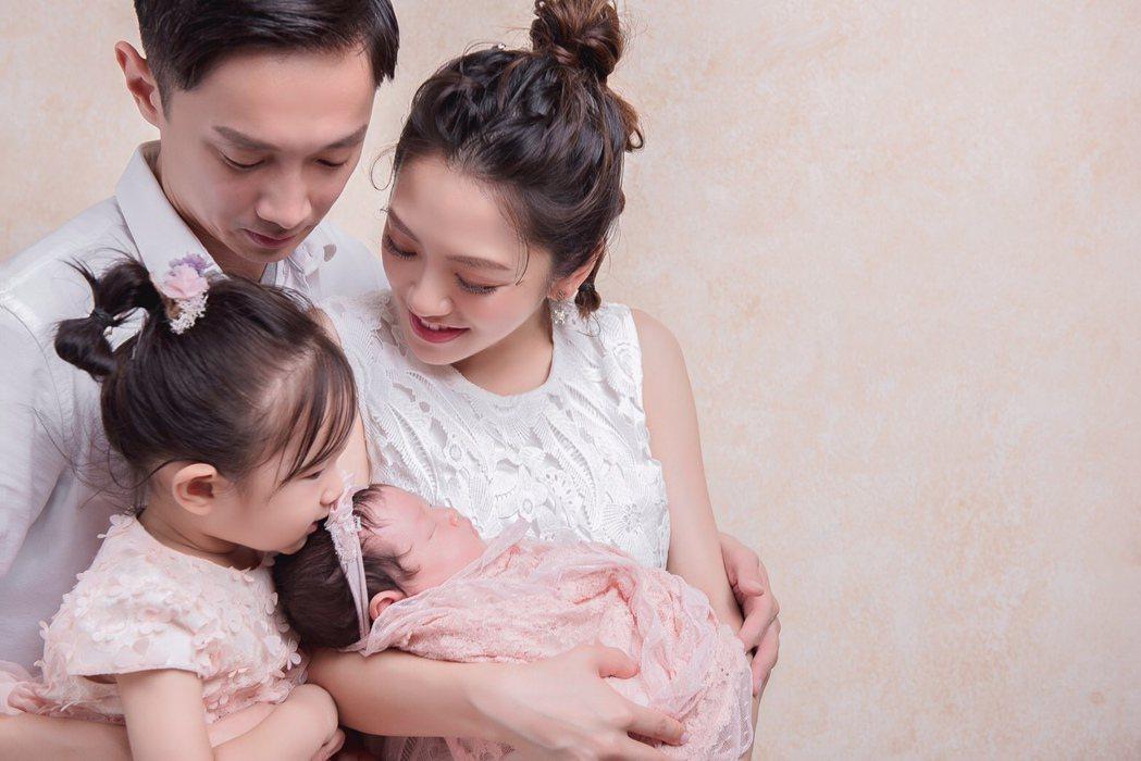 楊千霈和老公及兩個女兒一家四口幸福入鏡。圖/起士公爵提供