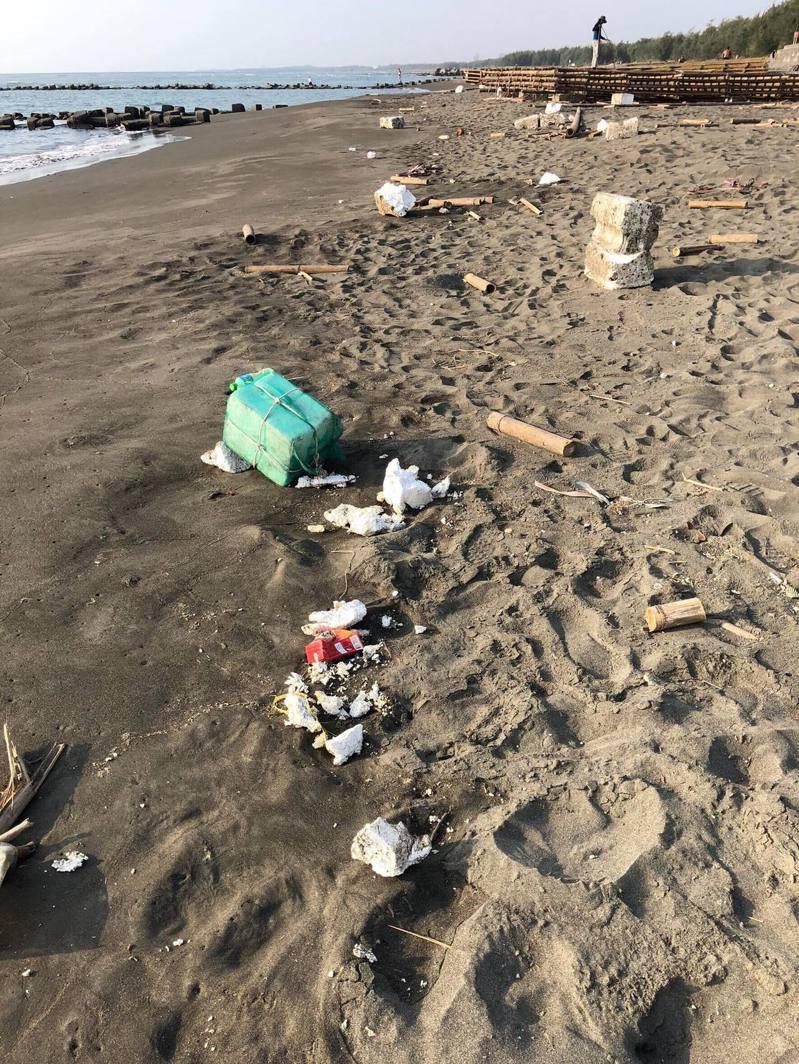 國民黨台南市黨部主委謝龍介昨天在臉書po出黃金海岸髒亂的照片。圖/翻攝自謝龍介臉書