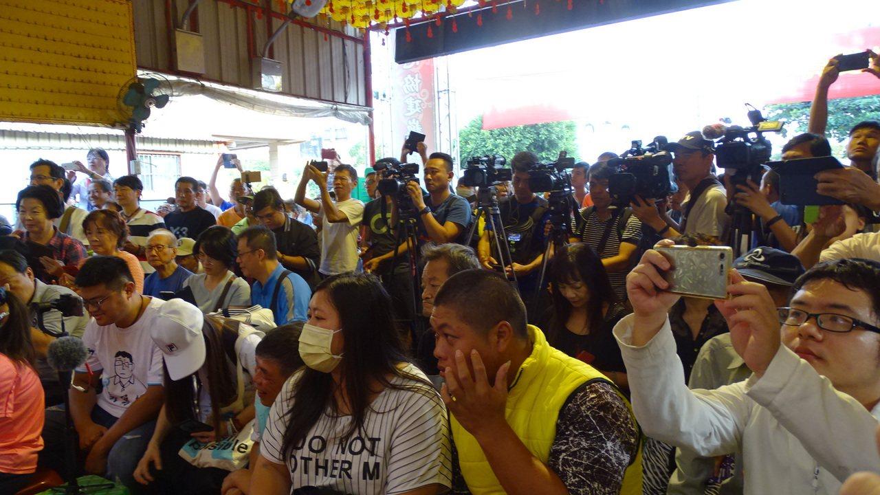 會場湧入數百名鄉親炒熱氣氛。記者謝進盛/攝影