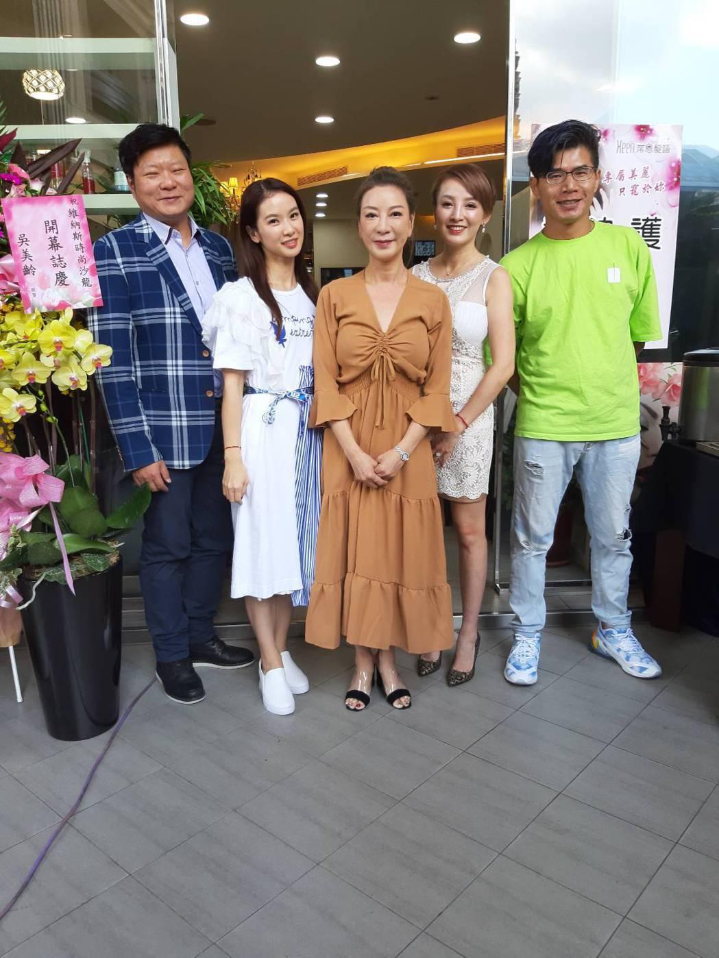 陳文山(左起)、陳小菁、楊繡惠、江泳錡和叫賣哥。記者林怡秀/攝影