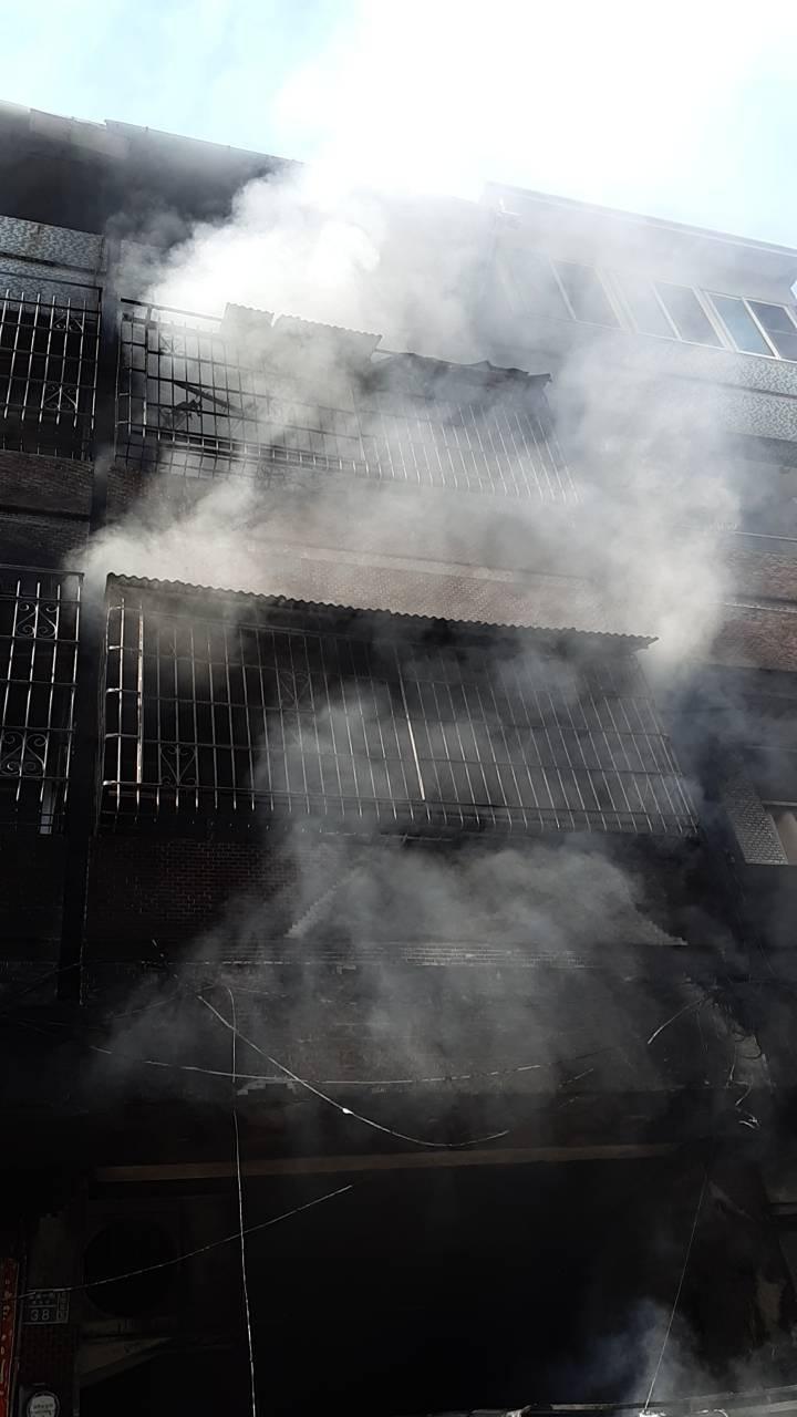 高雄苓雅區廣東一街巷內的3層鐵皮加蓋民宅今天下午驚傳失火。記者林伯驊/翻攝