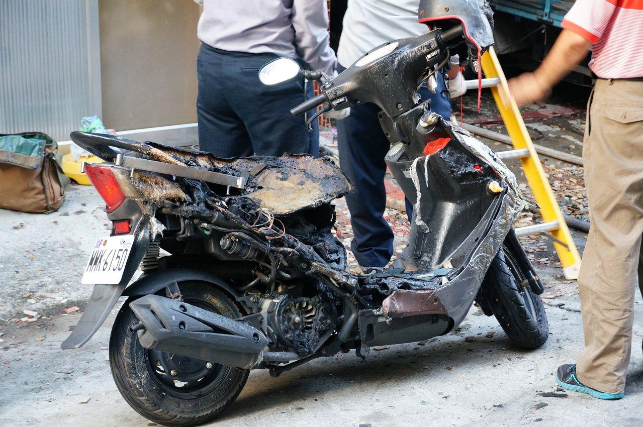 機車被燒得剩骨架。記者林伯驊/攝影