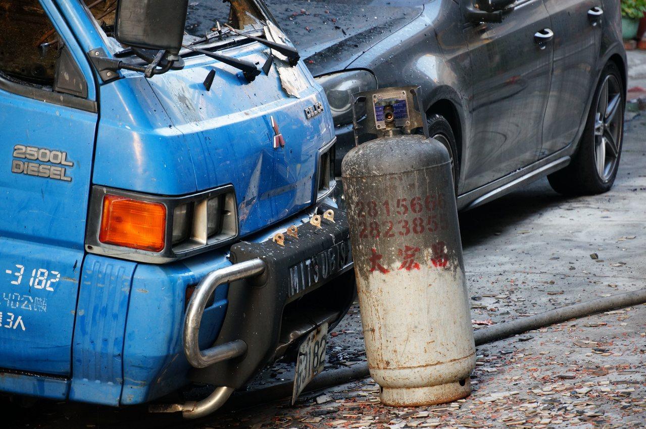消防人員從屋內拿出瓦斯桶。記者林伯驊/攝影