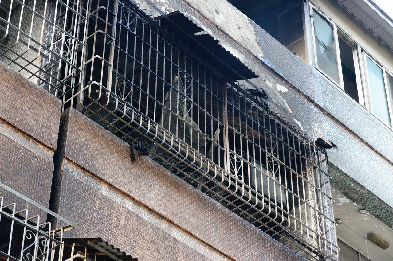 陳姓女子全身被燒傷,倒臥3樓陽台。記者林伯驊/攝影