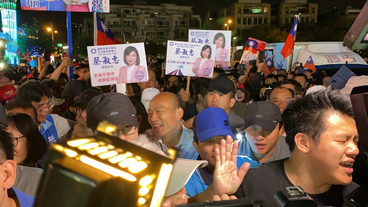 韓國瑜今晚到花園夜市拜票。記者鄭維真/攝影