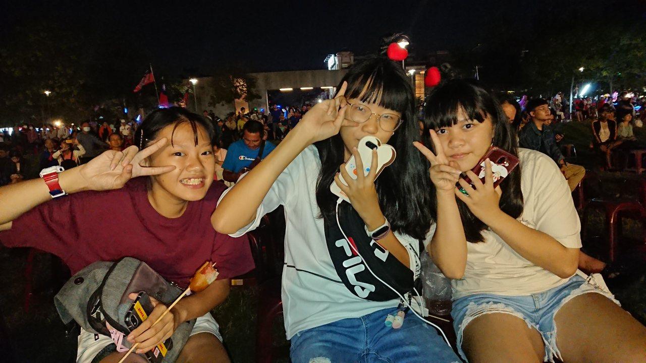 3名14歲國中生強調競選活動熱鬧有趣,她們是來看熱鬧的。記者卜敏正/攝影