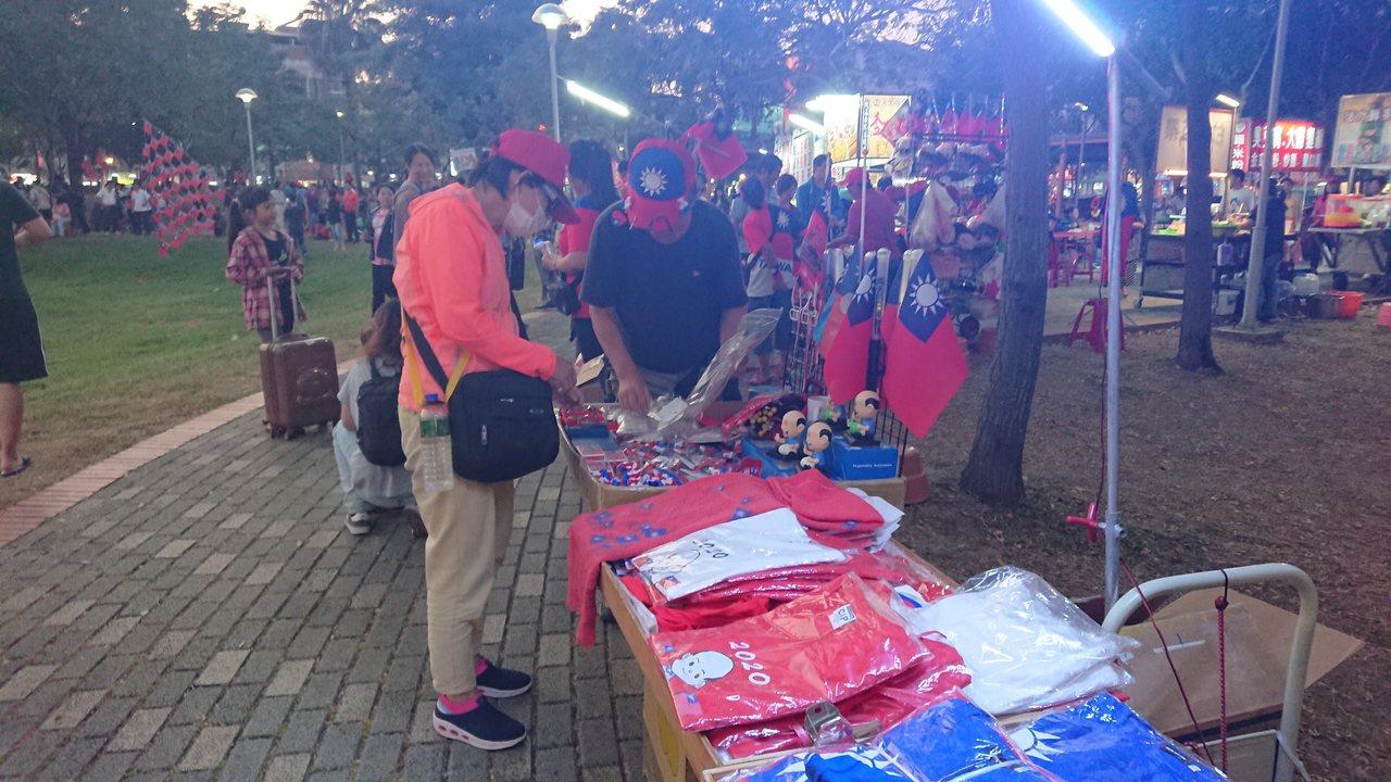 數十個國旗攤販,跟著韓國瑜活動到嘉義,並表示生意不錯。記者卜敏正/攝影