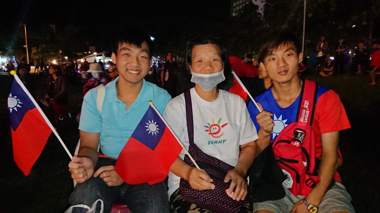 25歲的李文斌(右) 和媽媽、哥哥一起到場 期待「翻轉」。記者卜敏正/攝影