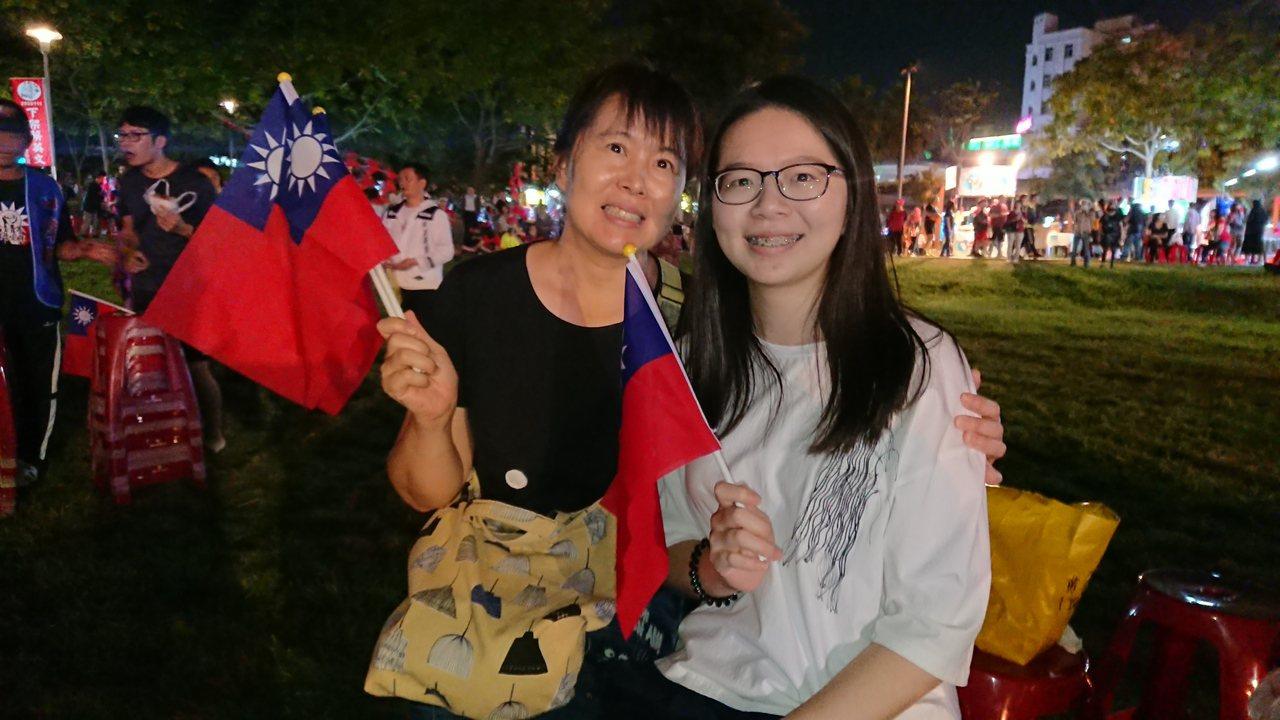 嘉義市張媽媽帶著23歲的女兒,來為韓國瑜加油。記者卜敏正/射影