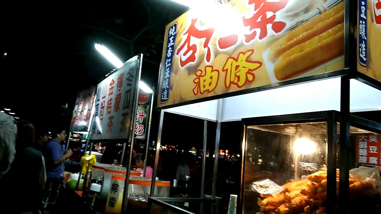 周姓攤販一個人顧三個攤子,希望能跟著韓國瑜發大財。記者陳玫伶/攝影