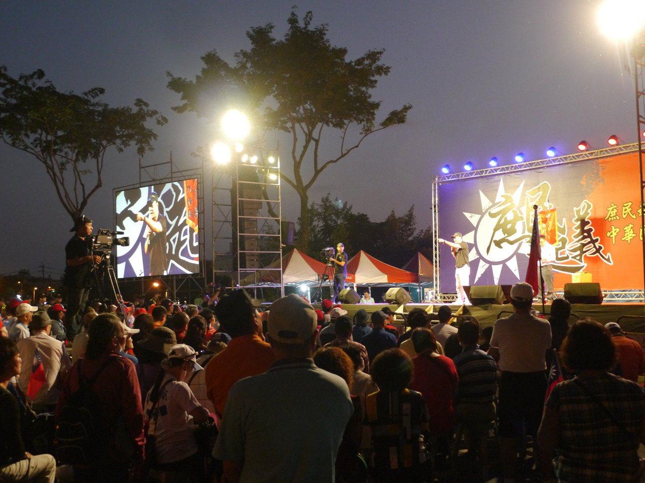 挺韓「五虎將」昨在高雄市岡山區舉辦挺韓造勢晚會,會場湧入眾多支持者。記者徐白櫻/...