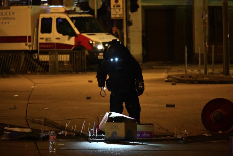 香港荔枝角道發現懷疑爆炸品,警方用拆彈車即時引爆。(星島網)