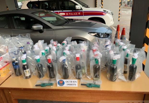 香港警方搜出大量武器,包括42支懷疑汽油彈。(香港電台照片)