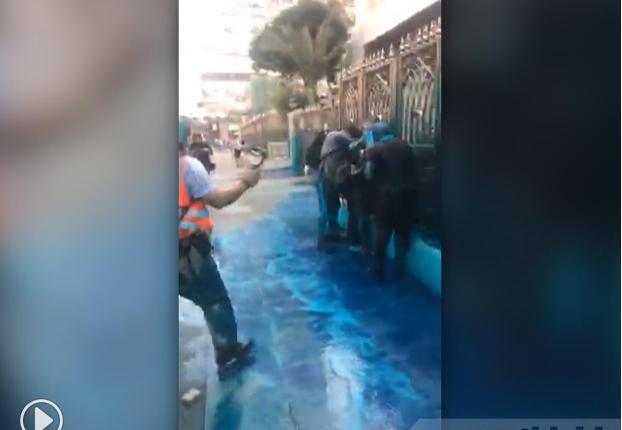香港民眾自發到尖沙咀清真寺清洗水炮車藍色水劑汙漬。(香港電台)