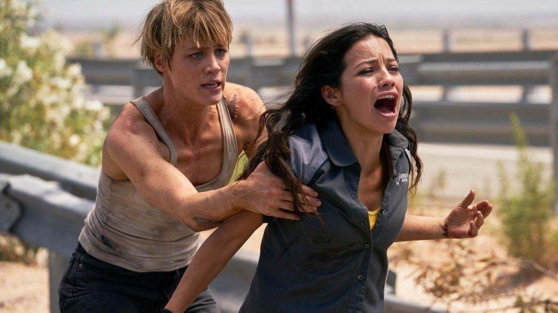 新人主角麥坎西黛維斯(左)、娜塔莉亞雷耶斯(右)在「魔鬼終結者:黑暗宿命」有亮眼...