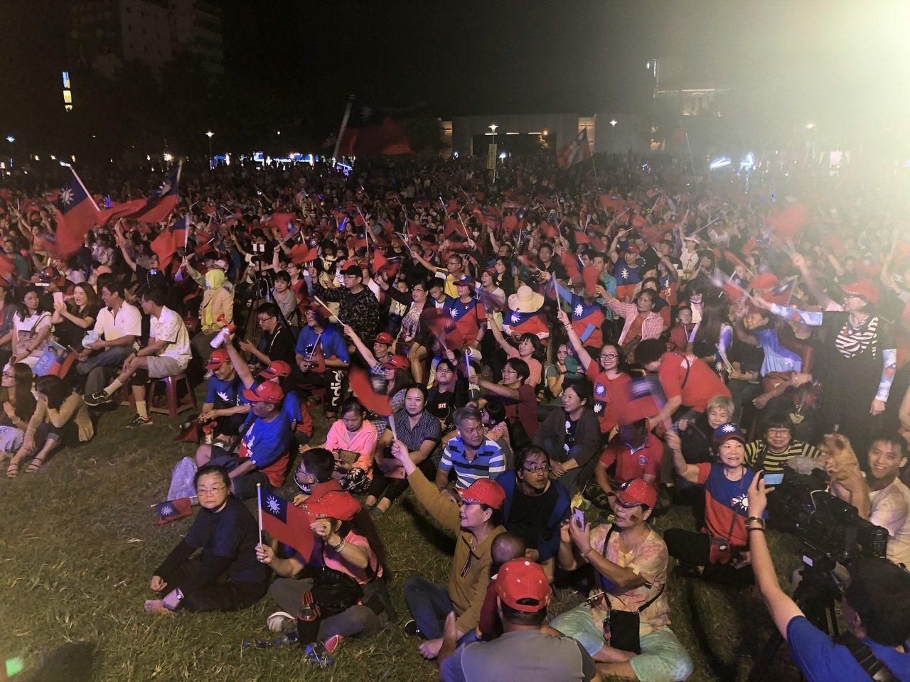 高雄市長韓國瑜昨晚在台南造勢會場遭蛋襲,今晚在嘉義市文化公園舉辦造勢大會, 群眾...