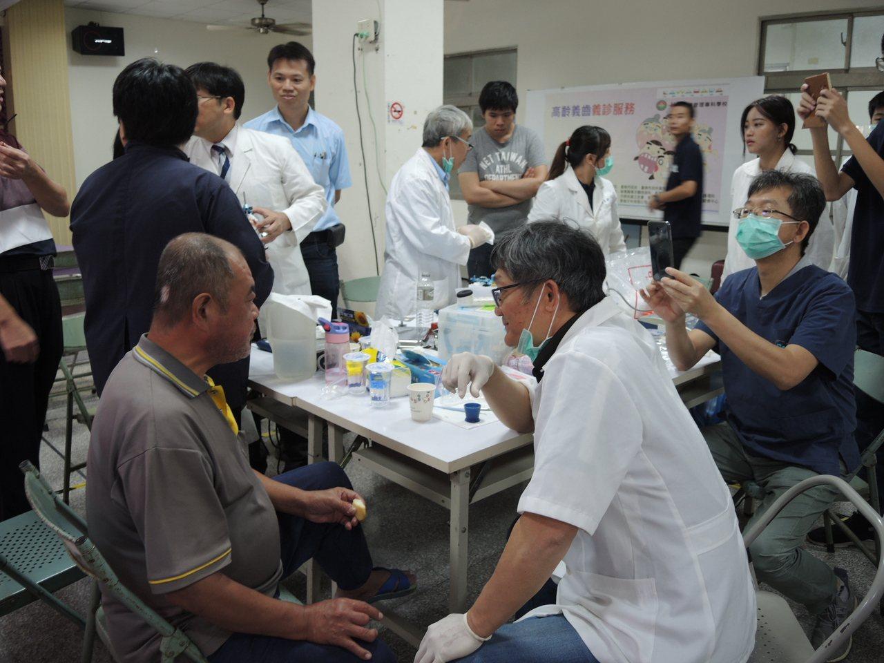 敏惠護專攜手台日牙醫,為台南柳營重溪社區長輩口腔義診顧健康。記者謝進盛/攝影