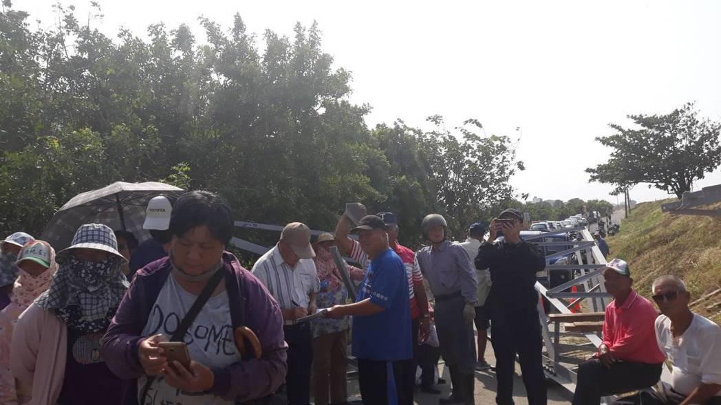 居民到場圍堵拒絕工程施工。圖/居民提供