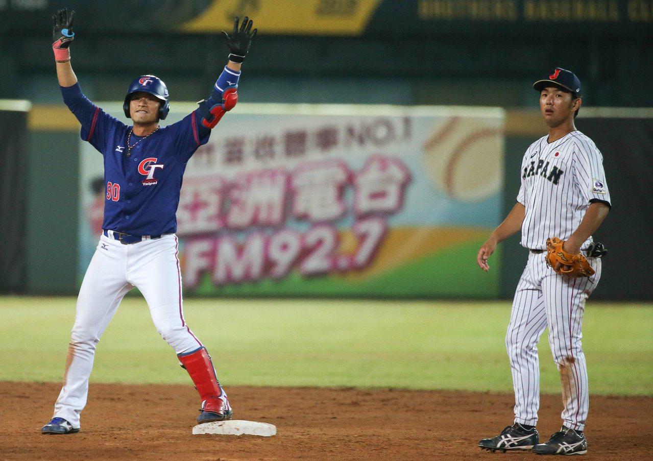 中華隊姜建銘五局上半擊出二分打點二壘打,中華5比4超前日本。記者黃仲裕/攝影