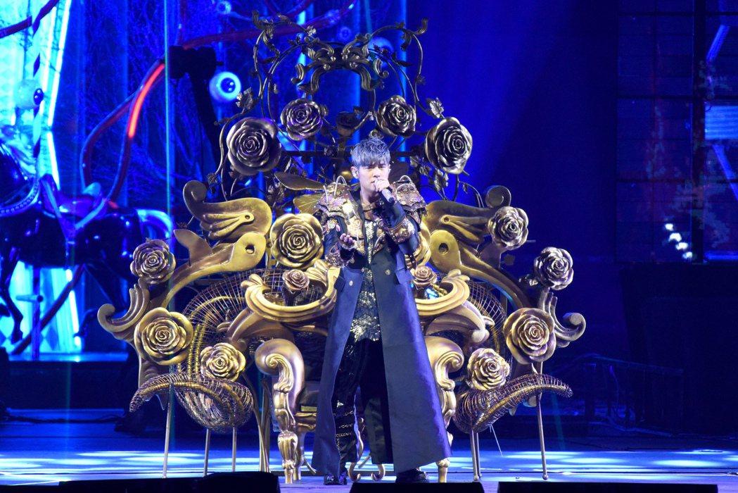 周杰倫在金色雕花椅上,帥氣演唱「威廉古堡」。圖/杰威爾提供