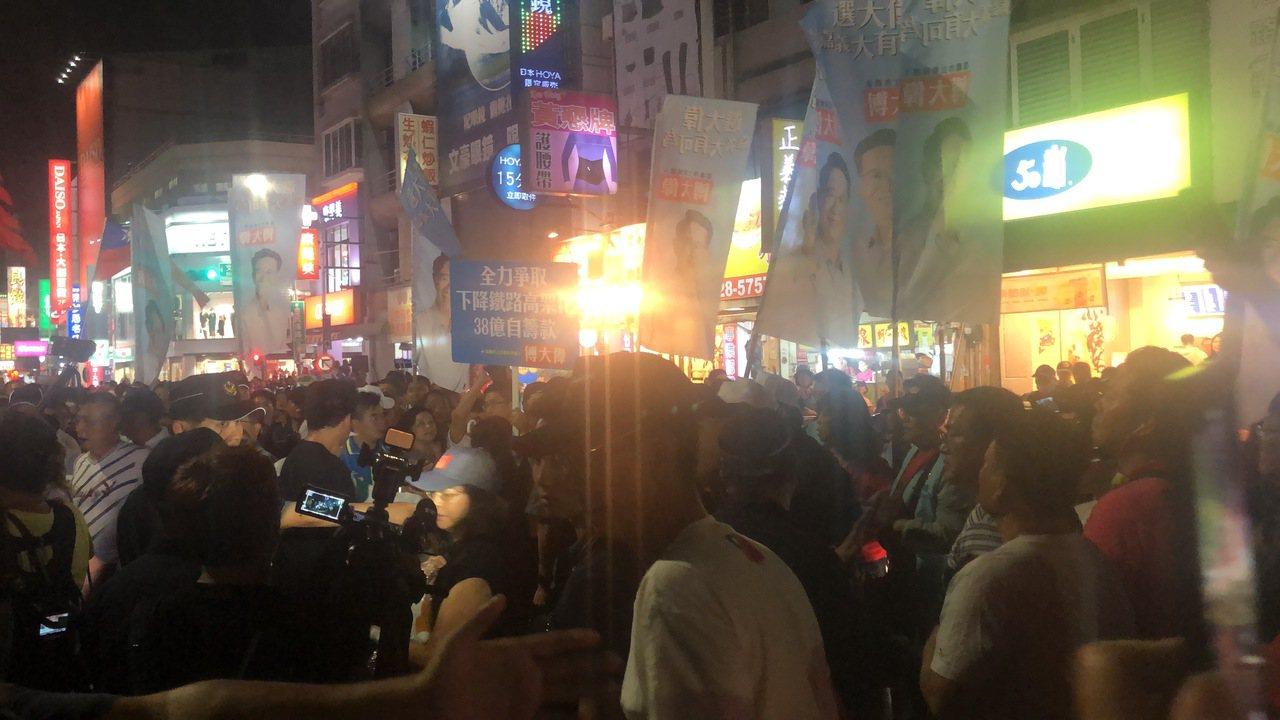 總統參選人韓國瑜晚間在民主聖地嘉義市文化公園演講,結束後迺文路觀光夜市,雖有大批...