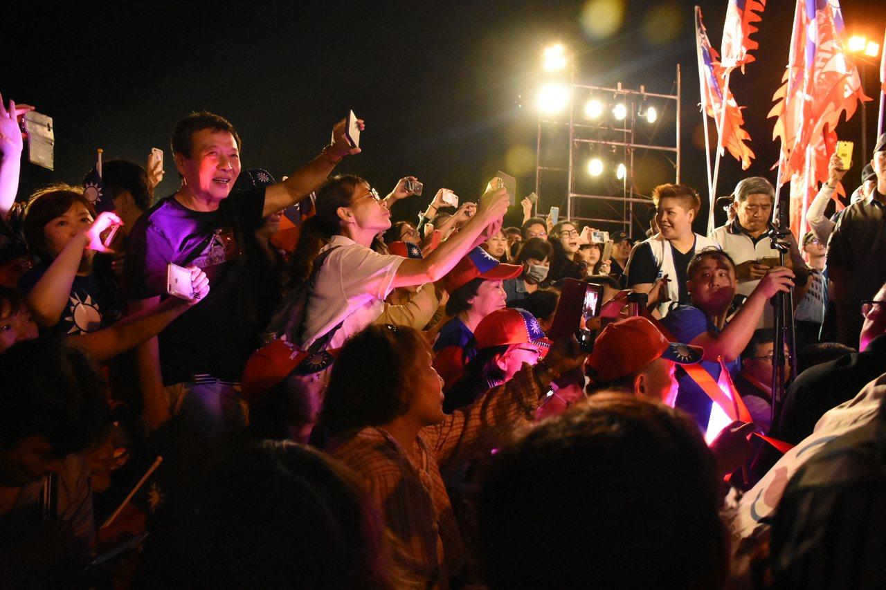 熱情的嘉義民眾為了一睹韓國瑜,一度造成台上衝突。記者陳玫伶/攝影