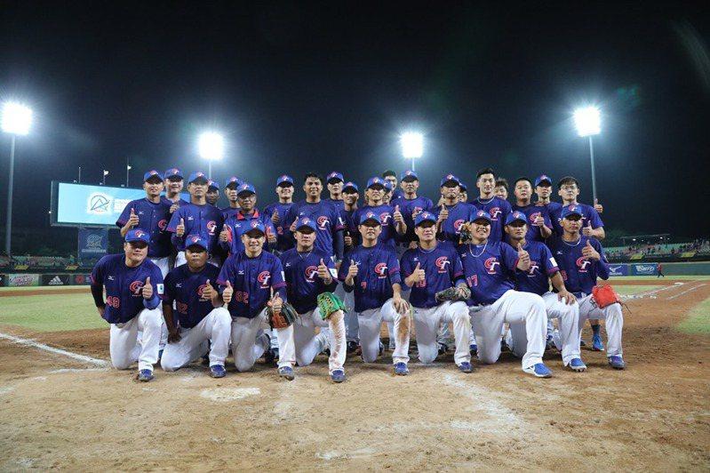中華隊奪亞錦賽冠軍,蔡英文臉書貼出這張全隊合照照片。 照片由棒協提供