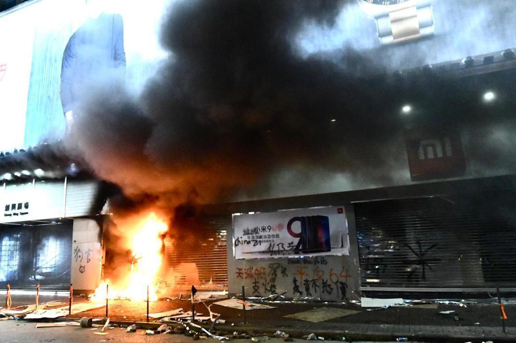 旺角的小米店舖遭人縱火。圖/取自星島日報