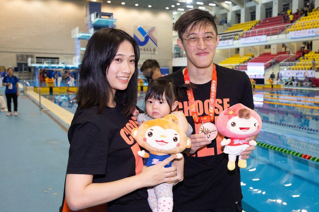 李炫諺(右一)在妻女見證下摘下男子200公尺蛙式銅牌。記者季相儒/攝影