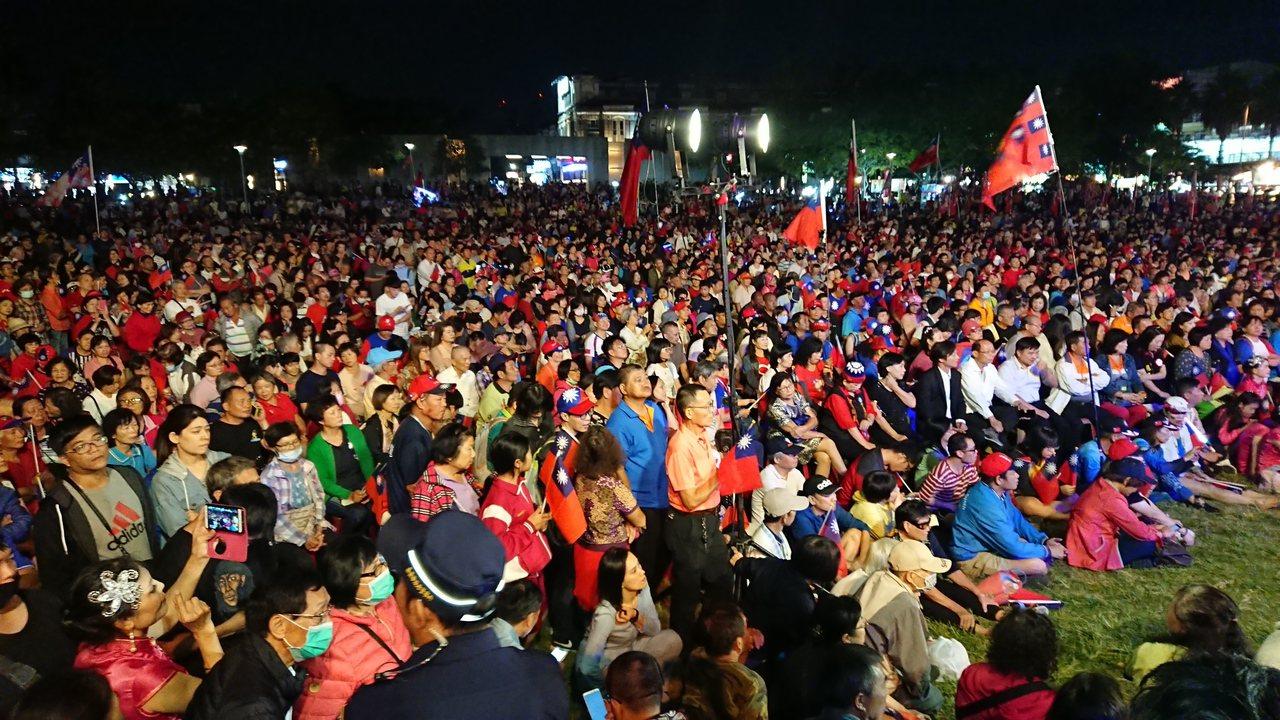 韓國瑜今晚在嘉義市文化公園舉辦晚會,上萬支持者湧入,公園擠得水洩不同。記者卜敏正...