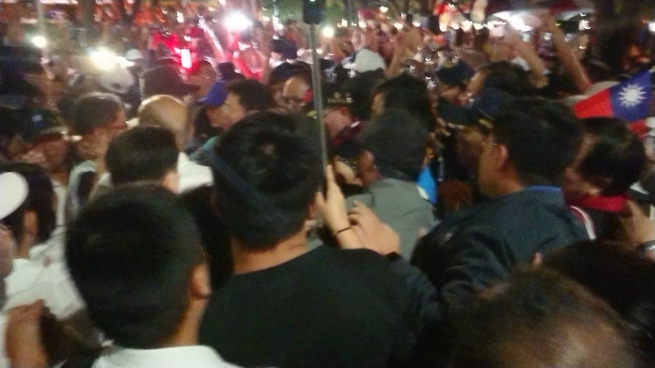 韓國瑜今晚在嘉義市文化公園舉辦晚會, 成千上百支持者聚集在路口等待,現場擠得水洩...