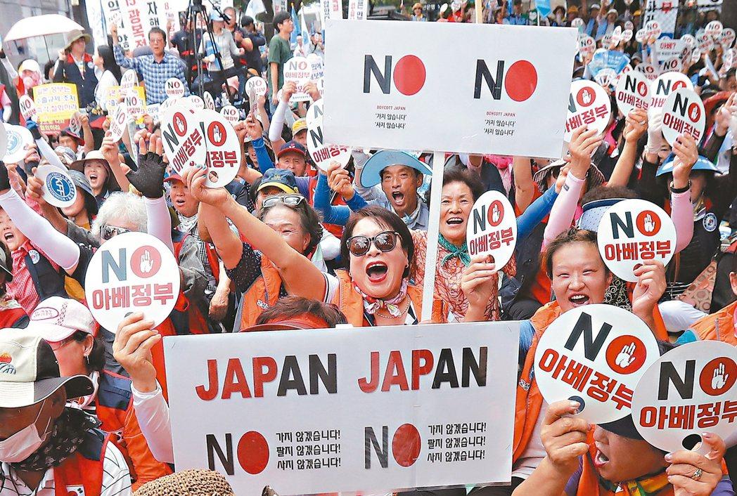 圖為8月時南韓民眾上街抗議日對韓貿易限制。 (美聯社)