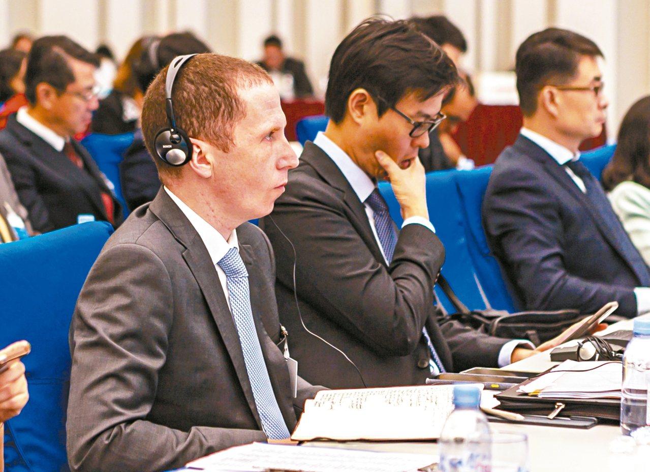 第31次上海市市長國際企業家諮詢會議20日在滬舉行,圖為與會人員在聆聽嘉賓致辭。...
