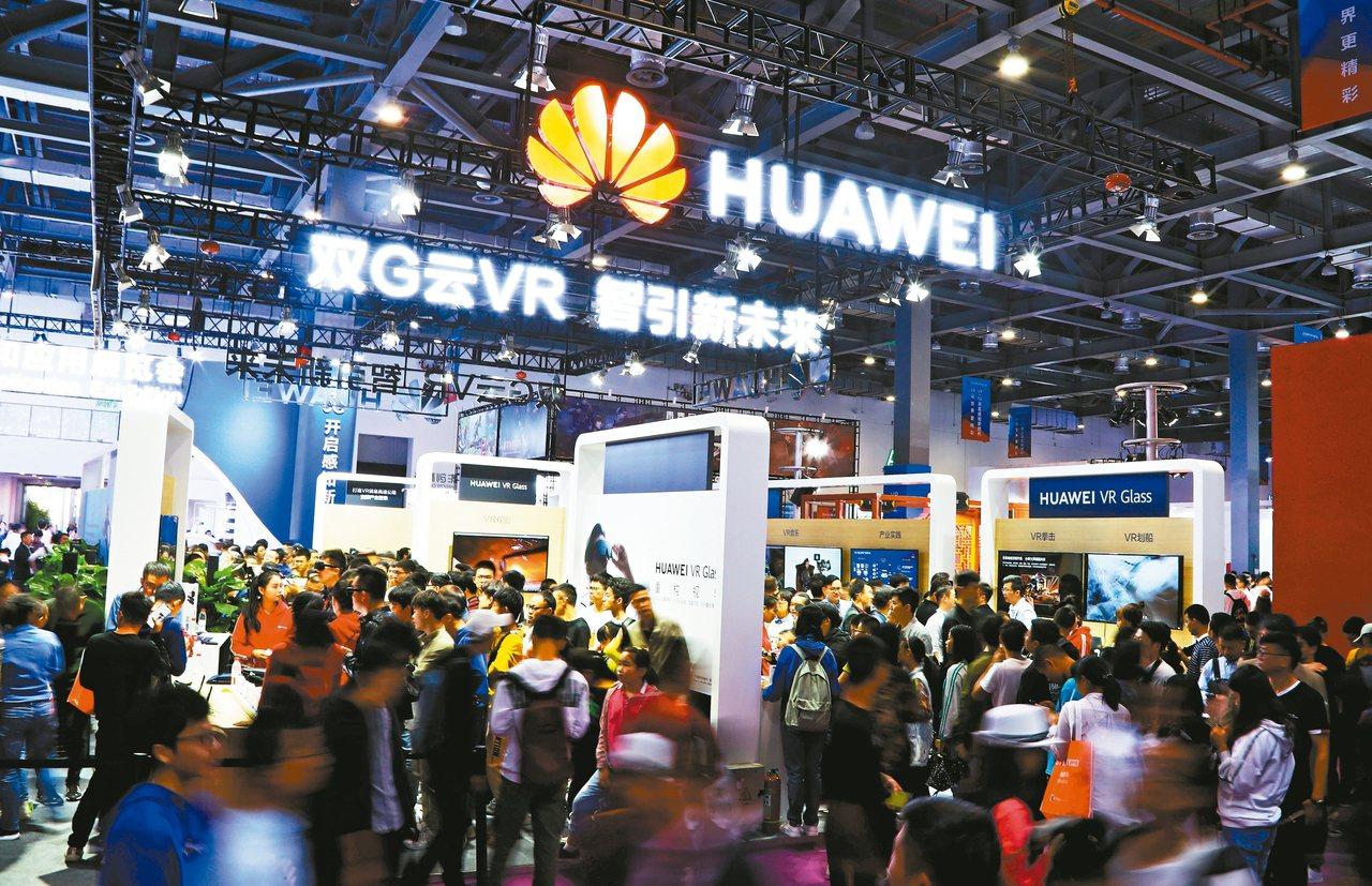 2019世界VR產業大會19日至21日在江西南昌舉行,在產品和應用展覽會上,參觀...