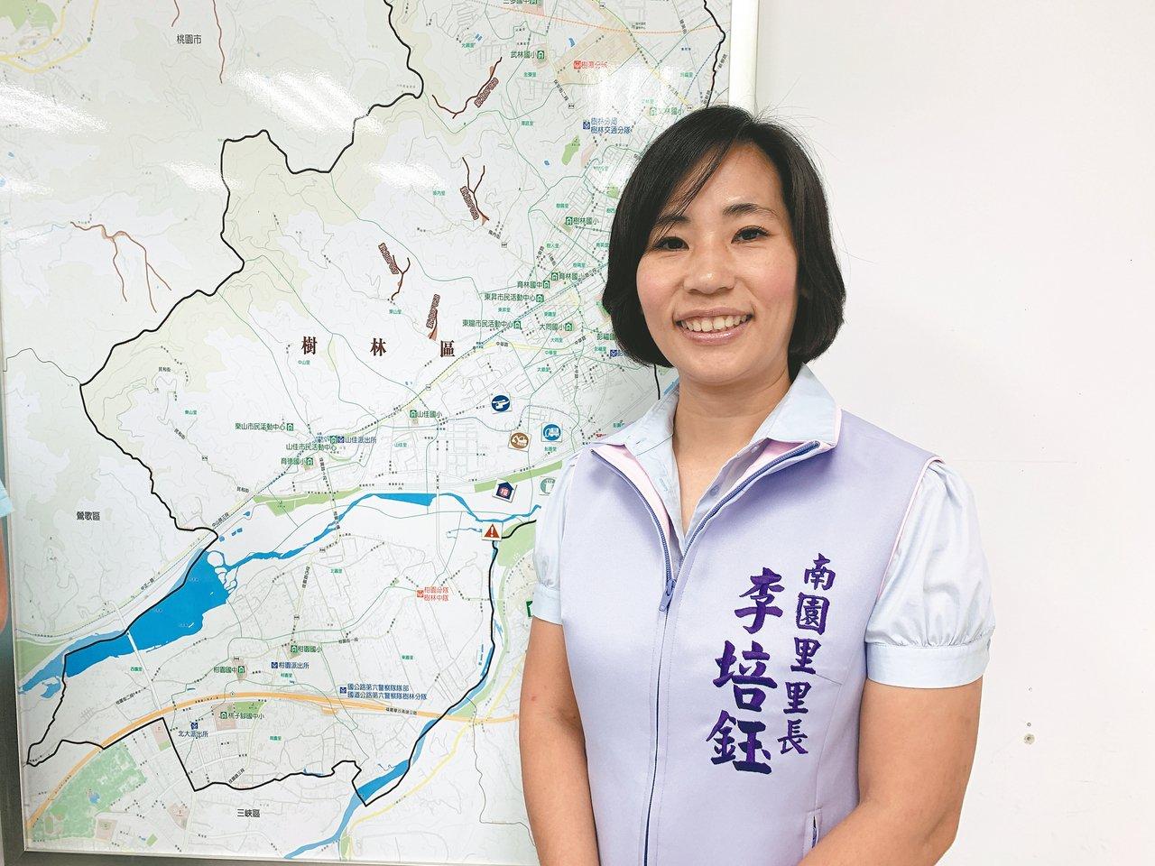 樹林區南園里長李培鈺是新科里長,每周三都會在擁有3000人的社群施政報告。 記者...