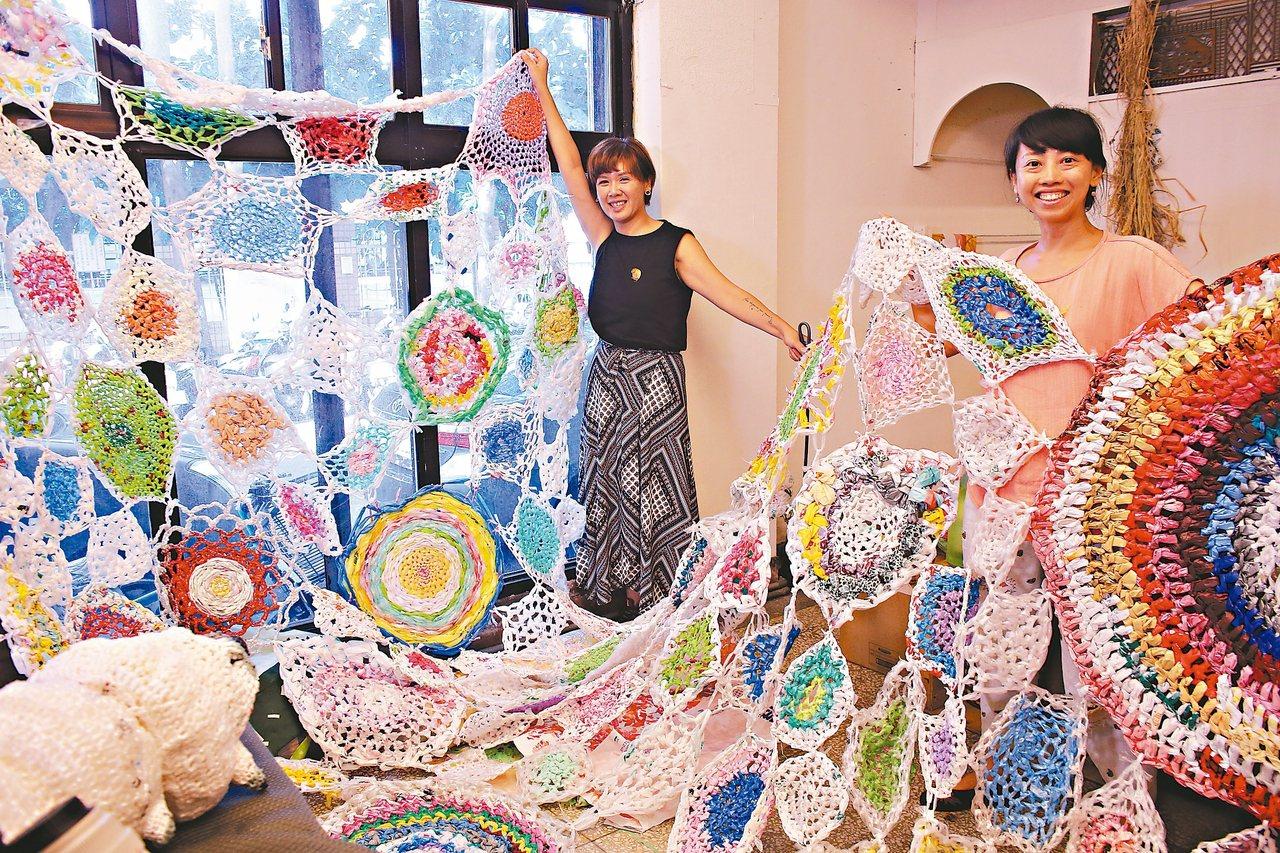 楊芳宜(右)發起「補天計畫」,用回收塑膠袋織成大網,但想編得更緊密的,其實是人與...