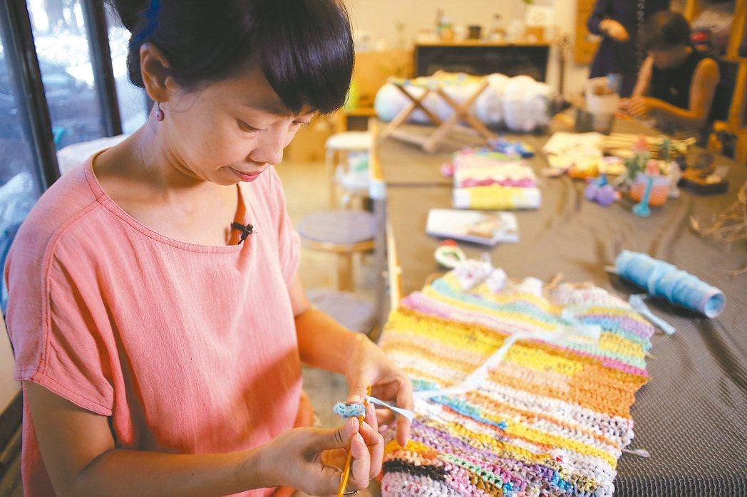 楊芳宜發起「補天計畫」,用回收塑膠袋織成大網,但想編得更緊密的,其實是人與人間的...