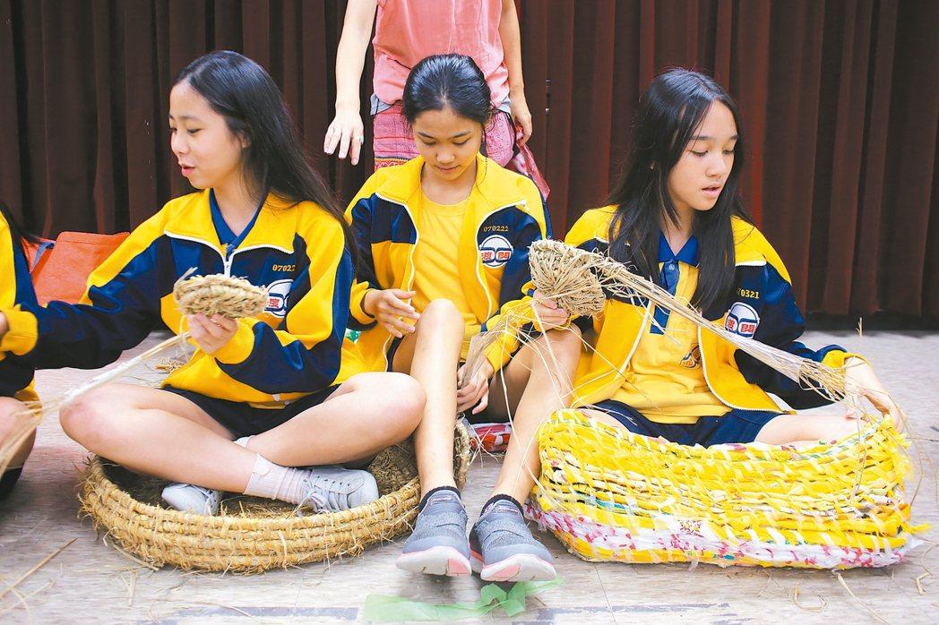 議題,裝在碗裡楊芳宜讓學生分別以稻草和回收塑膠袋編織成可讓人坐進去的大碗。她...