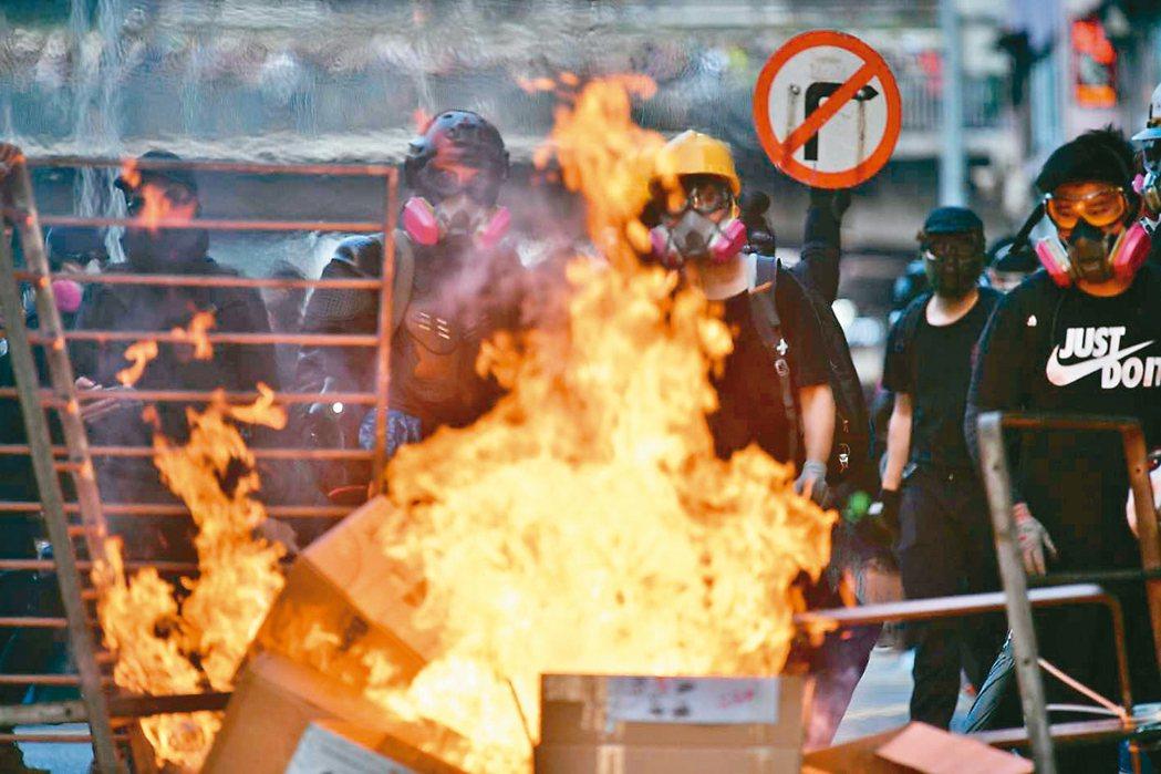 香港九龍遊行,再爆警民衝突,部分示威者在多處路段縱火。 法新社