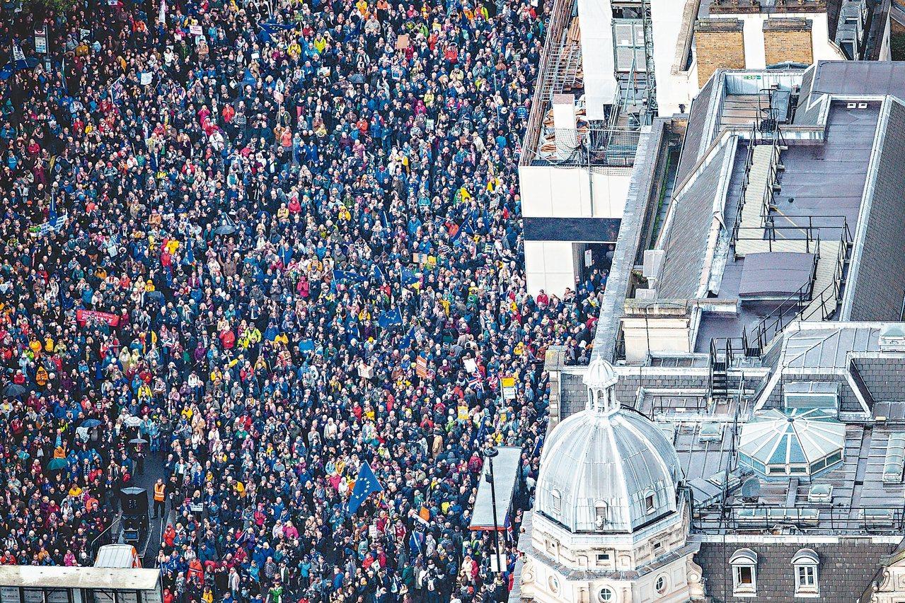 反對英國脫歐的群眾十九日在倫敦國會廣場示威,要求舉辦二次脫歐公投。 (路透)