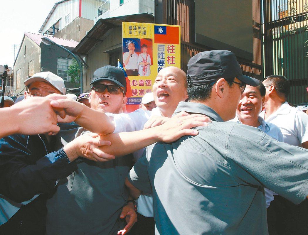 總統參選人韓國瑜昨天前往台南大天后宮參拜,由於前晚險遭「蛋洗」,參拜過程安全人員...