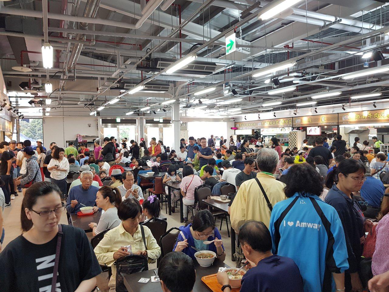 北市南門中繼市場17日試營運以來人潮多,攤商預估人潮多了1到3倍不等,營收則增加...