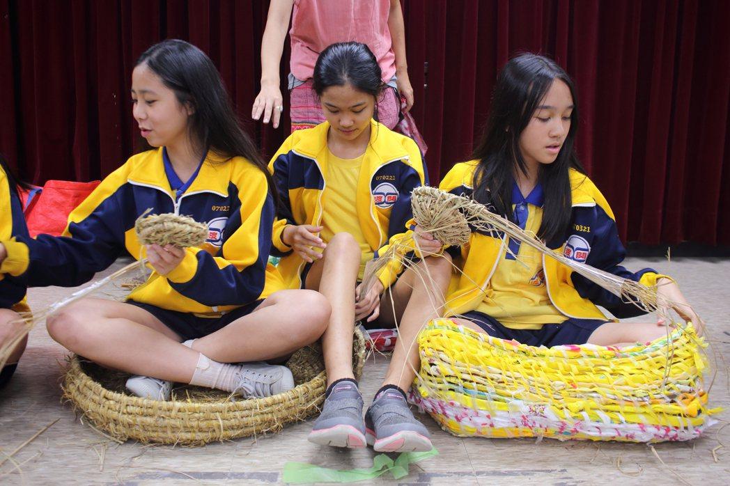 楊芳宜讓學生分別以稻草和回收塑膠袋編織成可讓人坐進去的大碗。她說,坐進這兩個大碗...