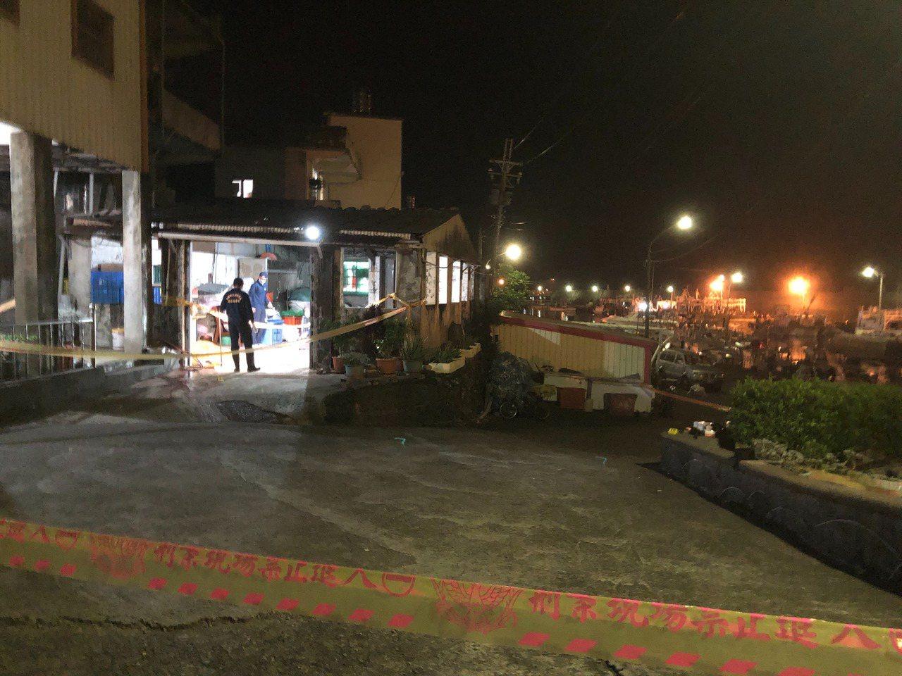 吳姓老翁昨天疑因切割撿回來的「鐵管」被炸死,警方現場拉起封鎖線。圖/讀者提供
