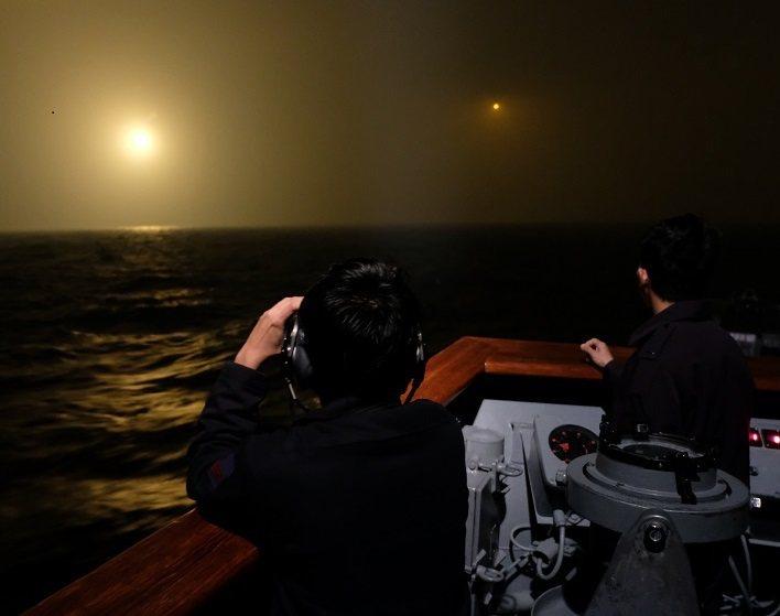 前年11月8日,海軍艦艇在海上搜索失事的幻象機,空軍C-130運輸機空投照明彈協...