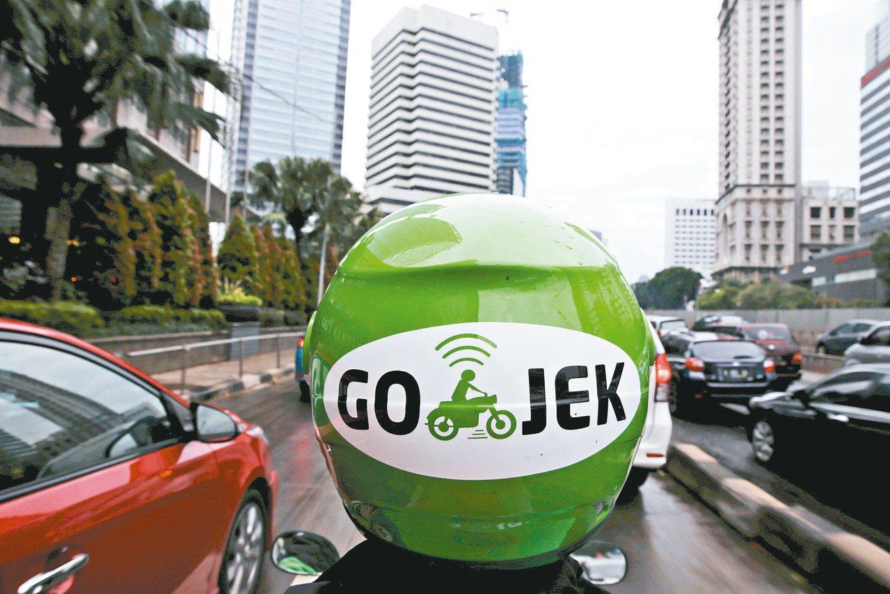 印尼是目前數位消費人口最多的東南亞國家。圖為印尼共享叫車平台發展無現金支付市場。...