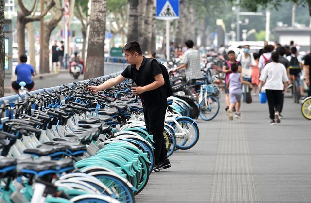 共享單車在大陸紅極一時,現大陸多地要求單車要停放在閘裡,開始著手規劃管理。 圖/...