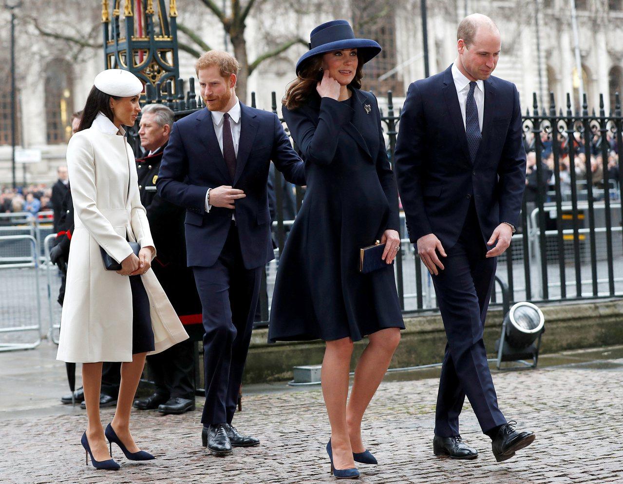 英國的哈利王子(後排右)在20日播出的紀錄片中,首度受訪承認和兄長威廉王子(前排...