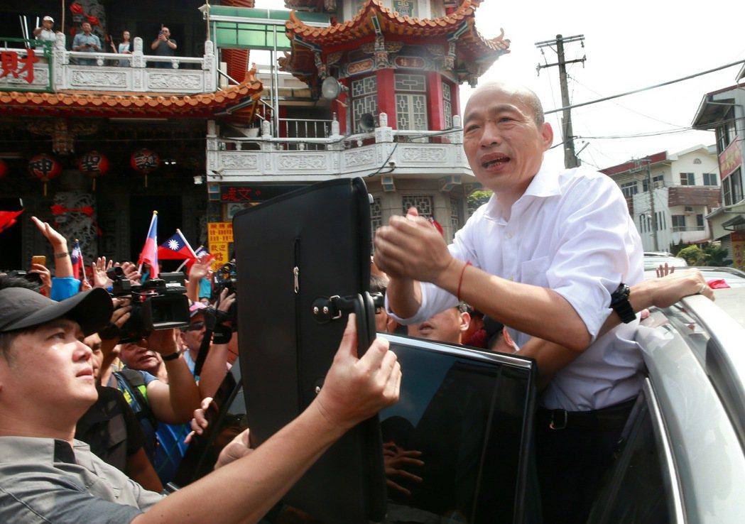 國民黨總統參選人韓國瑜前往嘉義文財殿參拜。 記者黃義書/攝影